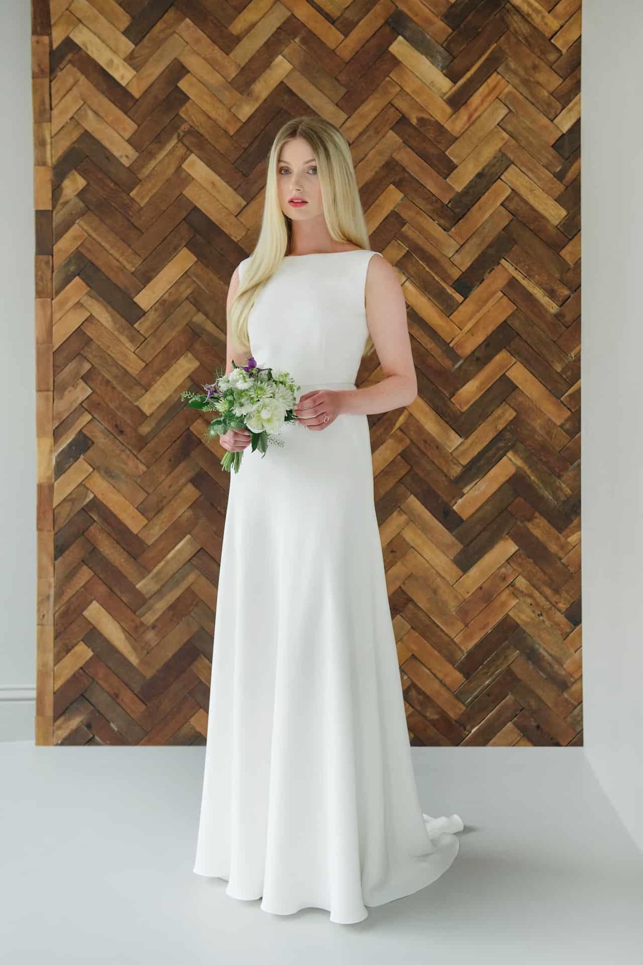 Amber - schlichtes Brautkleid aus weichen Marocaine mit Seiden Innenfutter.