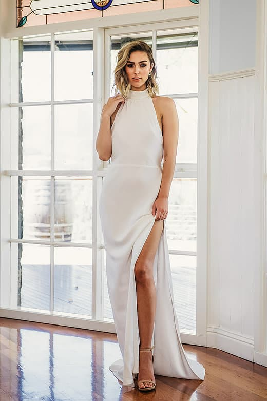 Ella- Neckholder Brautkleid aus 100% matter Seide mit offenem, drapierten Rücken. Am Hals mit schöner Spitze und am Rücken mit Perlen besetzt.