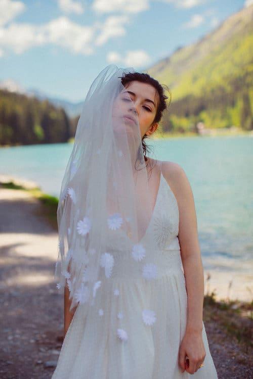 Aby - Brautkleid aus Georgette Seide und französischer Spitze, vorne und im Rücken mit tiefem Ausschnitt.