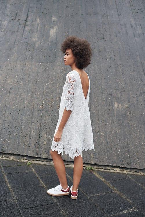 Summer - Kurzes Kleid aus Makramee mit V-Ausschnitt im Rücken.