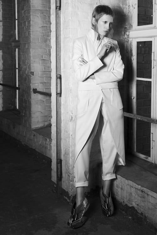 Tailcoat & Cigarette - gerade geschnittene Hose mit Smokingstreifen und Mantel, angelehnt an den klassischen Frack.