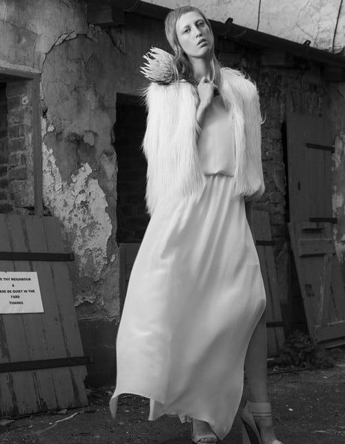Wave - fliessend geschnittenes, langes Kleid aus 100 % Seide mit seitlichen langen Schlitzen.