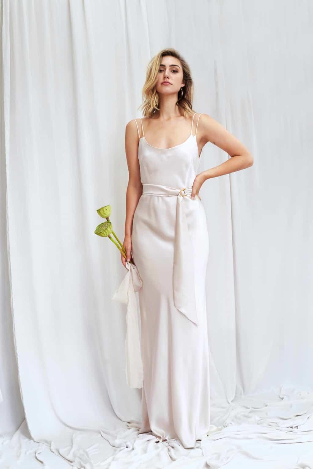 Rey - Schlichtes Seidensatin Brautkleid mit doppelten Schulterträgern und goldenem Gürtel